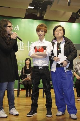 内裤:郭敬明来蓉进中学组图与学生签名争抢书三点式情趣内衣老师图片