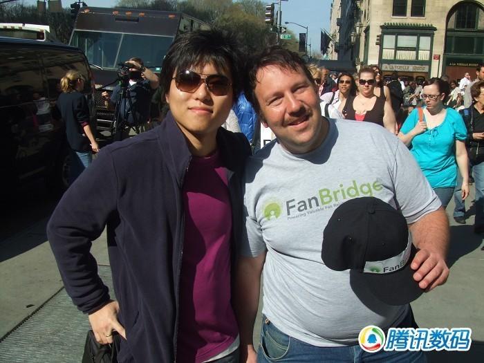 腾讯数码美国特派员王乐与iPad排队第一人合影