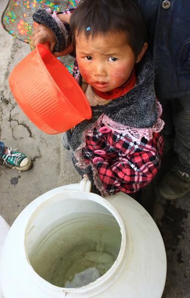 儿童好渴! 图/《黔中早报》记者 卢维