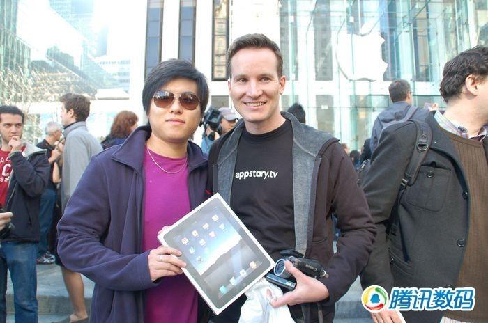 腾讯数码美国特派员与iPad首位购买者合影