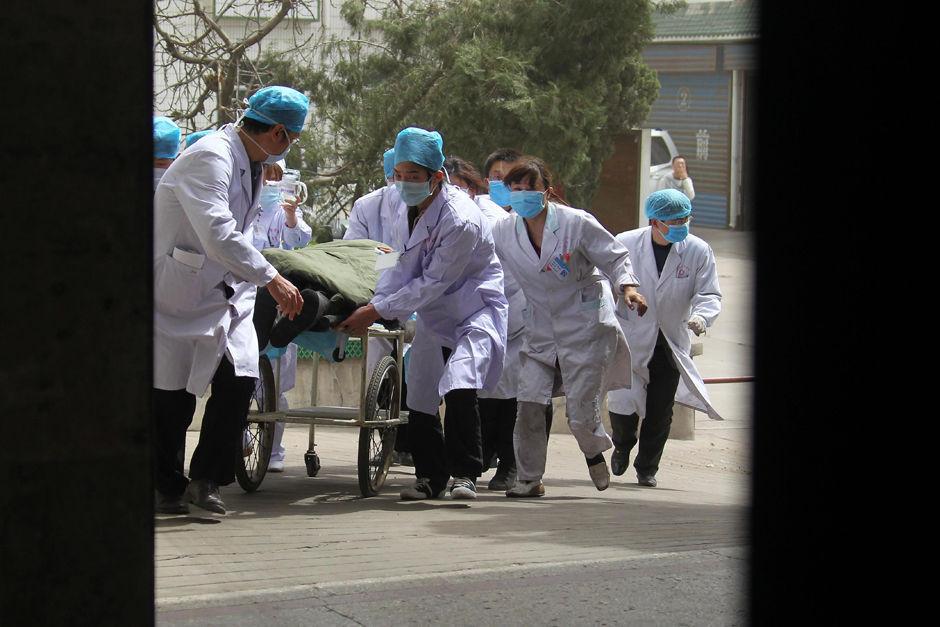 4月5日,一名获救矿工被送到山西铝厂职工医院接受紧急救治。