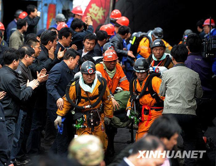4月5日,救援人员将获救矿工抬出井口,现场人群鼓掌迎接。