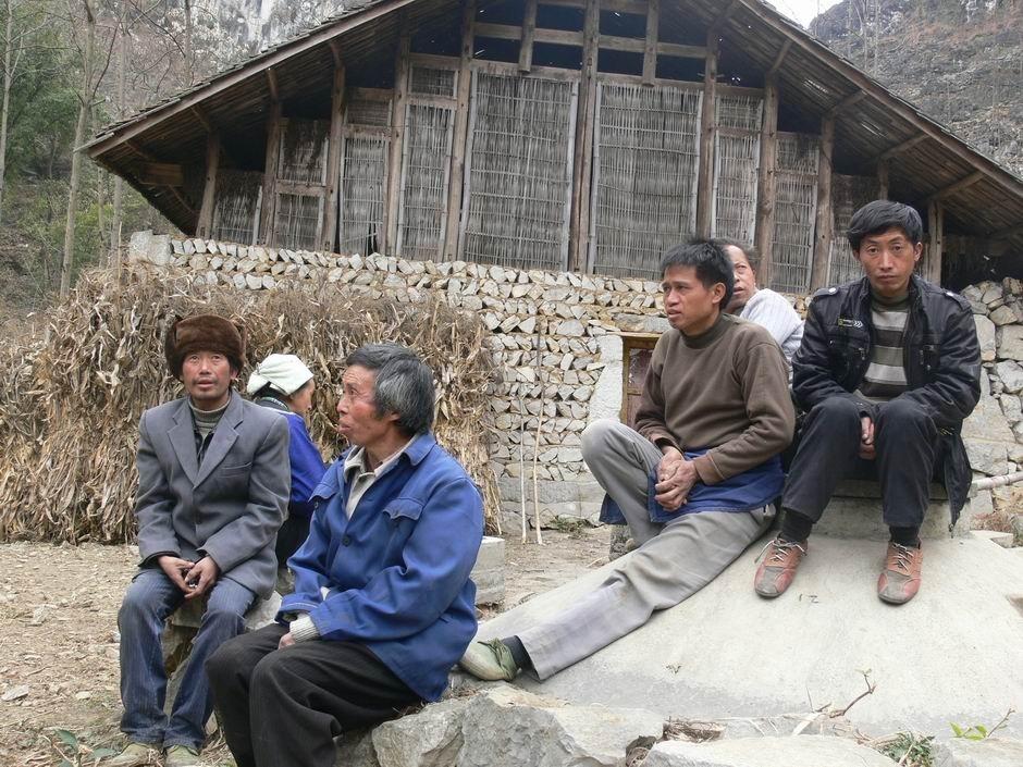 图注:没有水,连地也无法种,乡亲们只好在村头闲聊,谈话中眼神充满着对大雨的期待。图/文 追梦人