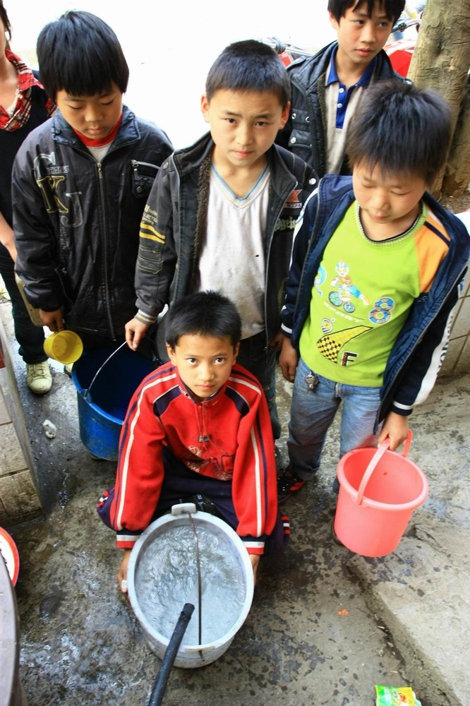 几名住校的学生在接水。