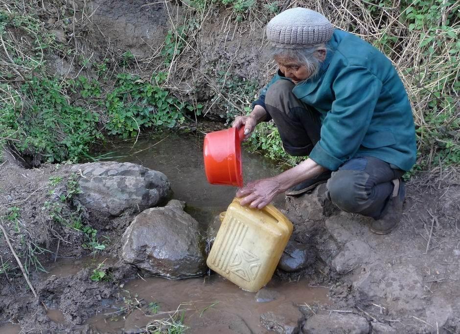 盘县里山岚小龙潭最后的水源·七旬老人几里外取水