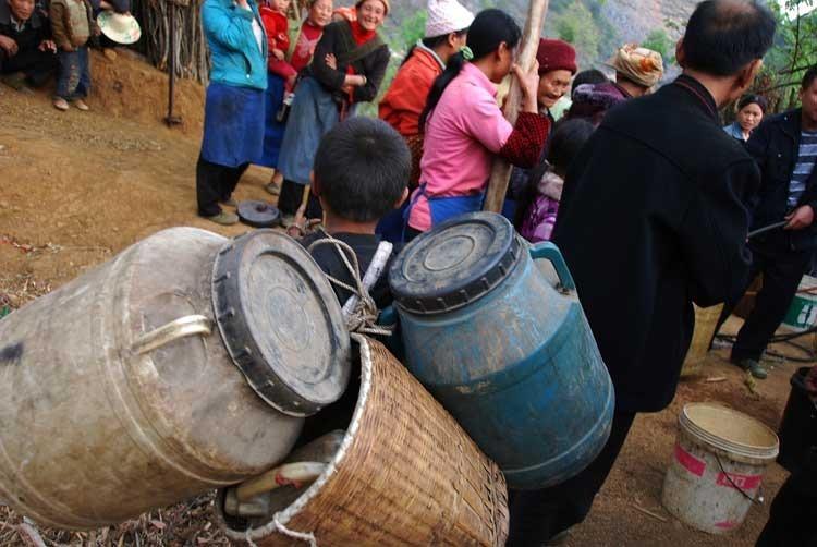 木汪村群众取水