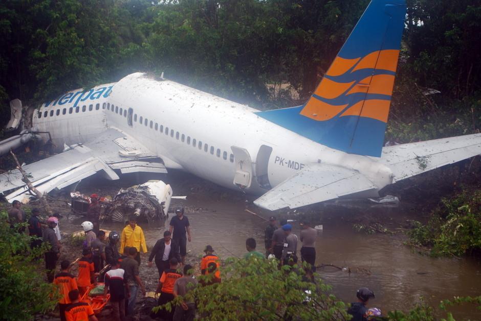4月13日,印尼士兵参与客机事故的营救工作。版权图片,请勿转载