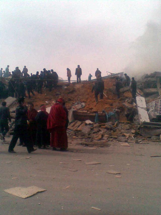 玉树结古镇洪围路105号现场图: 当地藏民组织自救,还没有救援队伍到。来自当地四川商人刘强摄(14:25)