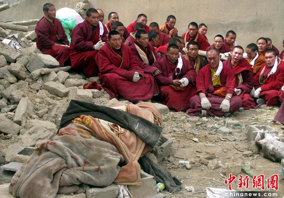 4月16日,青海玉树震区僧侣们在废墟边为地震遇难者按藏族习俗进行超度。中新社发 孙自法 摄