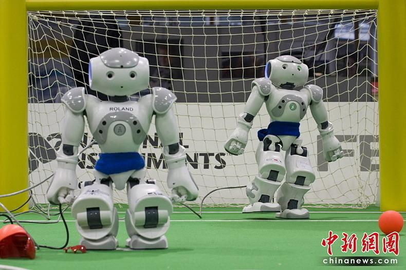 ☆机器人世界杯足球赛将开战☆   2010机器人世界杯德国公开赛将于4月18日在德国东部马格德堡举行.