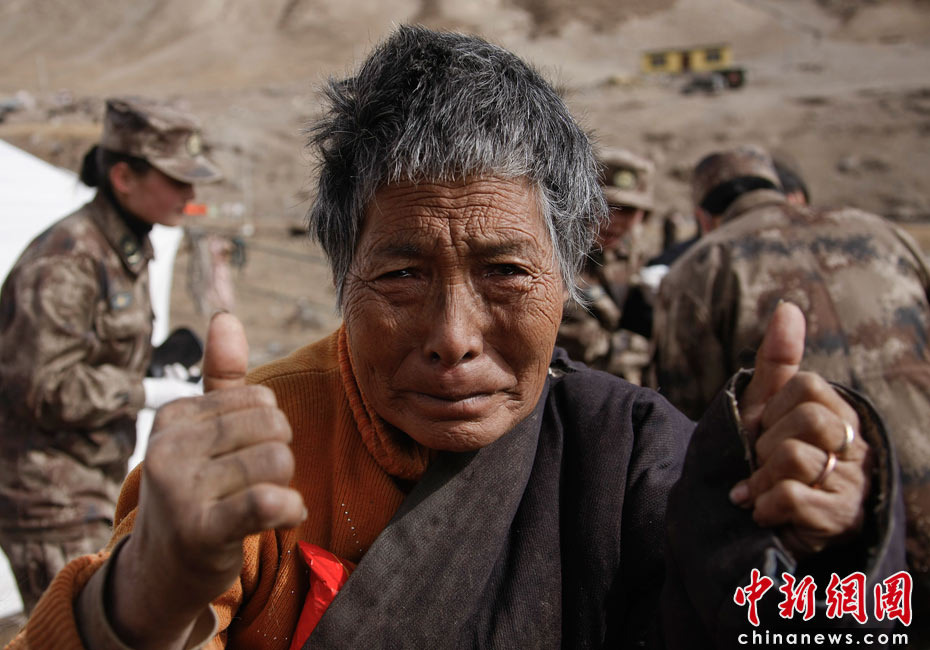 藏族老阿妈向抗震医疗队员竖大拇指