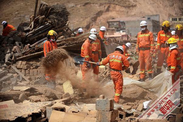4月18日,来自甘肃的消防队员在废墟中搜救幸存者。
