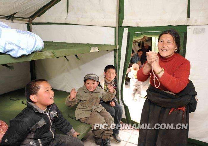 受灾群众及时住进了崭新的帐篷。