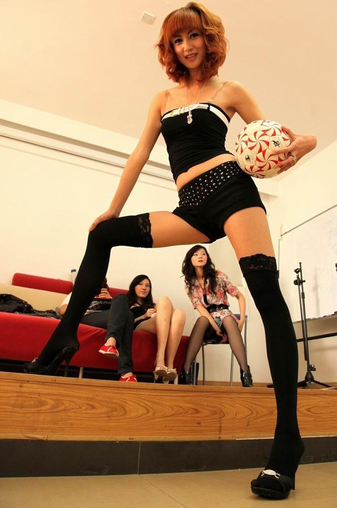 4月12日下午,一名模特手持足球在参加报名前集训造型。