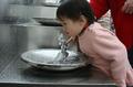 高清:4岁儿童低头就能饮水 饮水龙头错落有致