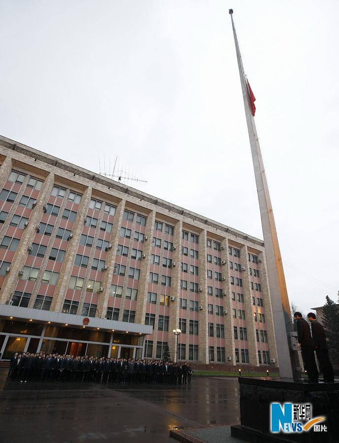北京时间4月21日0时0分,中国驻俄罗斯大使馆为青海玉树地震遇难者降半旗并默哀三分钟。 新华社记者鲁金博摄