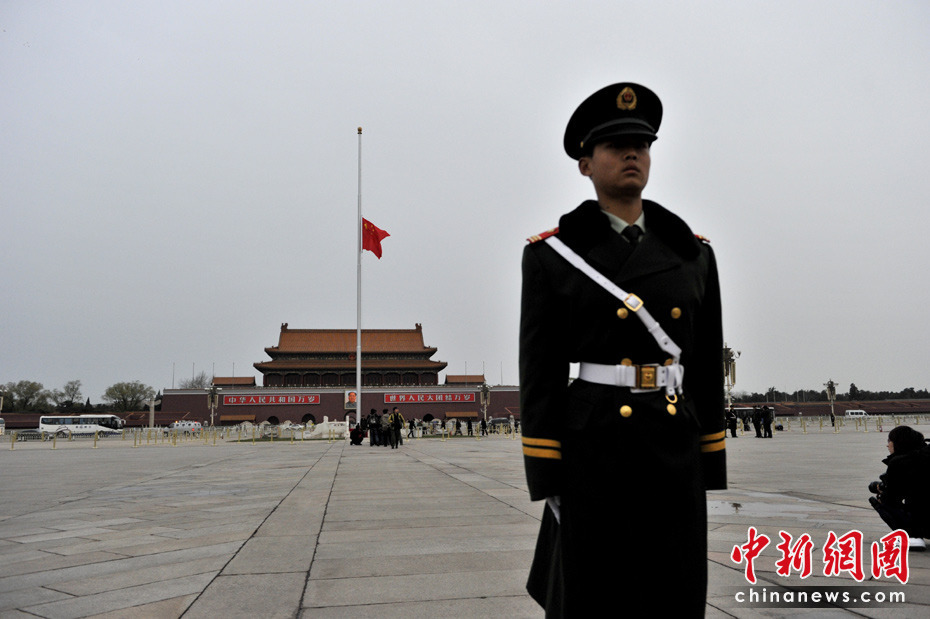 4月21日早晨,北京天安门广场下半旗为玉树地震遇难者志哀。中新网记者 金硕 摄