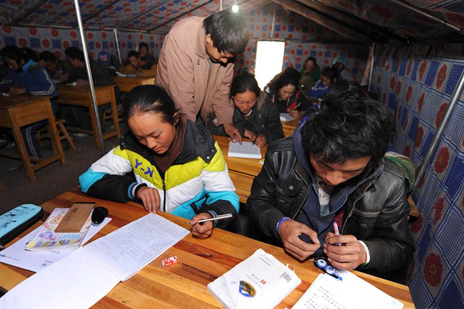 4月20日,15岁的江永求忠(前右)和同学们一起上灾后的第一堂作文课。