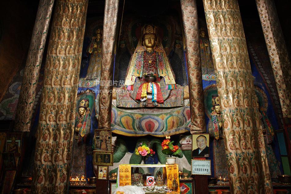 2009.7.31  青海. 玉树州勒巴沟千年古佛堂文成公主庙大殿。