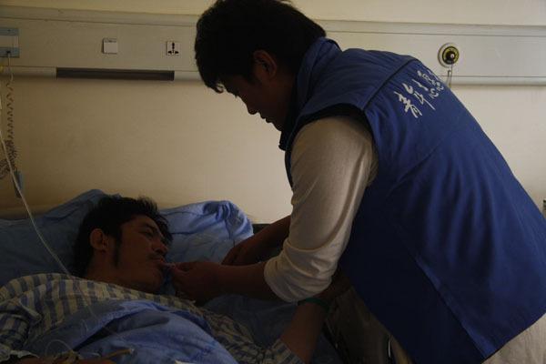 2010年4月21日举行全国哀悼活动, 成都华西医院来自西南民族大学的青年志愿者在行动