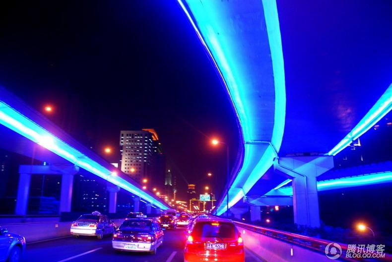 """这是上海市中心""""申字型""""立交的主动脉——南北、延安中路高架路.图片"""