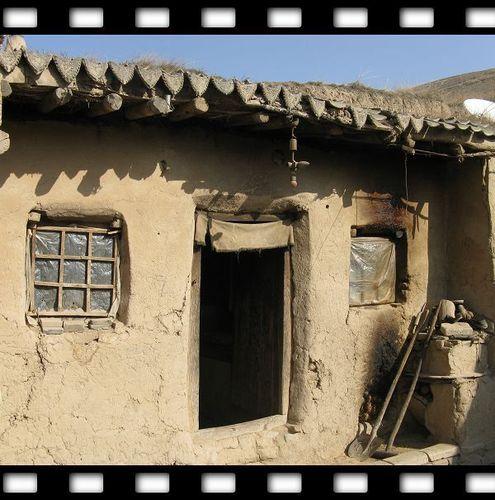 在中国西部农村地区,有很多村民的家就是这样的:没有钢筋水泥,没有