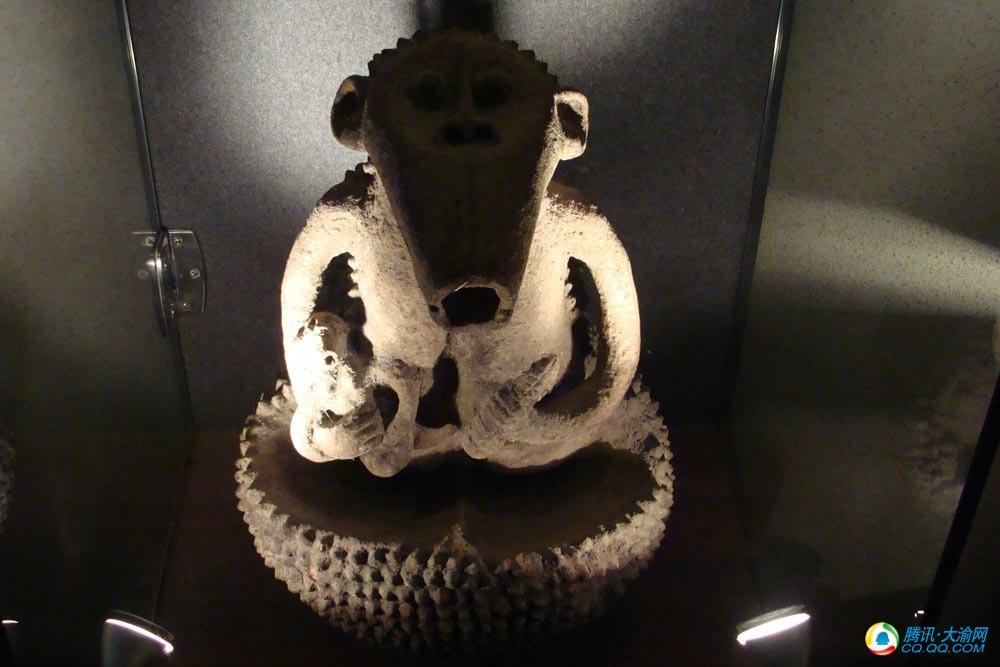 非洲艺术品有木雕,石雕,面具,铜板画,布艺,珠饰,陶艺等.