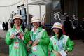 高清:美女志愿者笑脸如花热情为游客服务