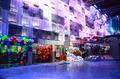 高清:城市人馆现梦幻都市 啤酒箱堆出摩天楼