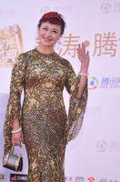 组图:王璐瑶亮相星光大典红毯 扮金色美人鱼