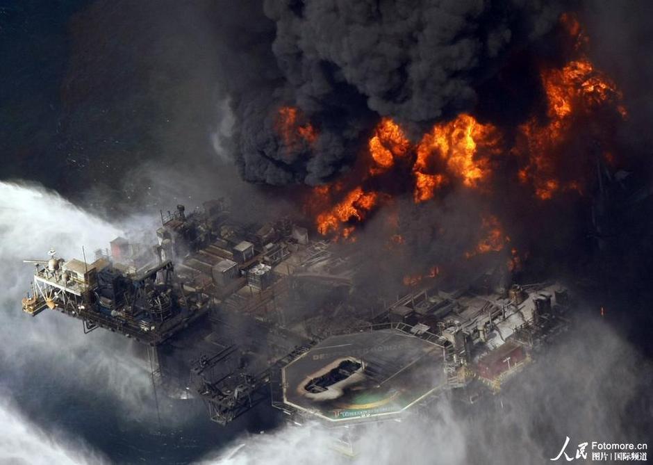 资料图。2010年4月21日,美国,路易斯安那州:墨西哥湾的航拍图,深海石油钻井台燃烧。