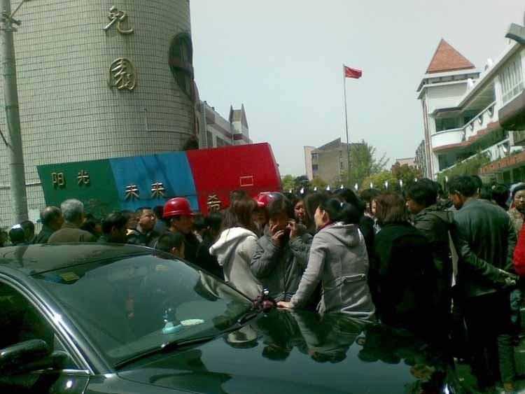 男子冲进江苏幼儿园砍人,图为案发幼儿园门外。