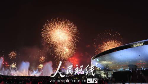组图:世博会开幕式焰火演练 划过天际的虹