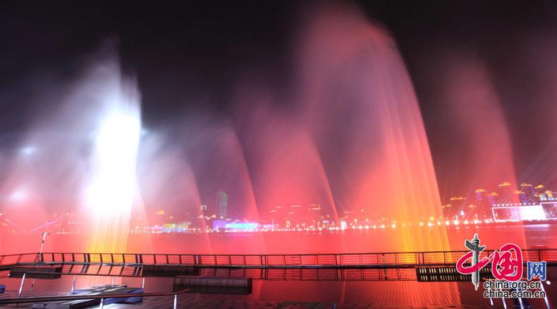 高清:光影交错 世博园区进行音乐喷泉测试