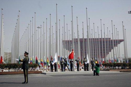 高清:上海世博会旗林升旗仪式举行