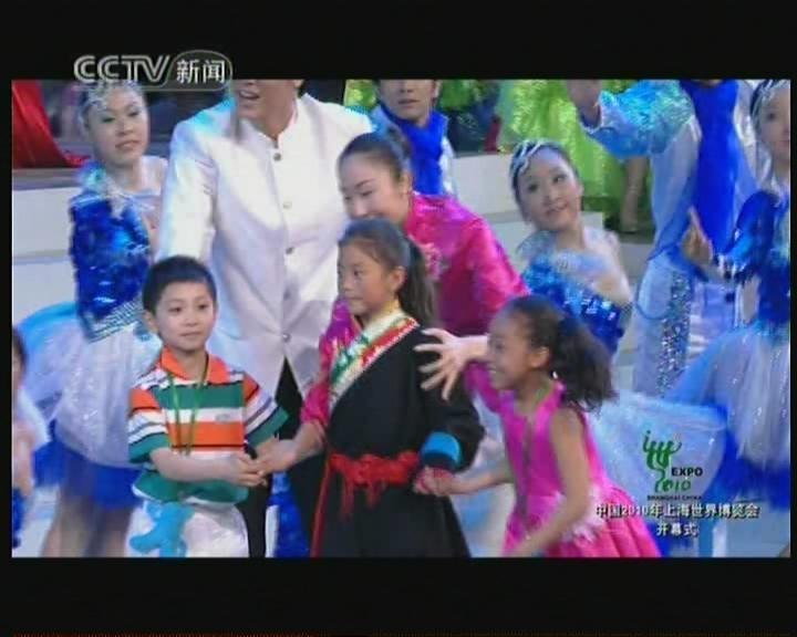 组图:青海玉树地震灾区藏族孤儿上台