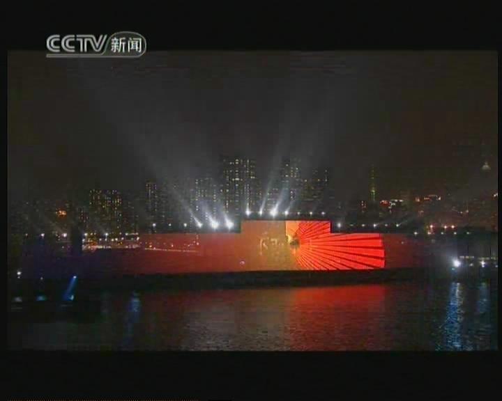 高清:黄浦江畔上演开幕大戏 夜幕下的世博舞者