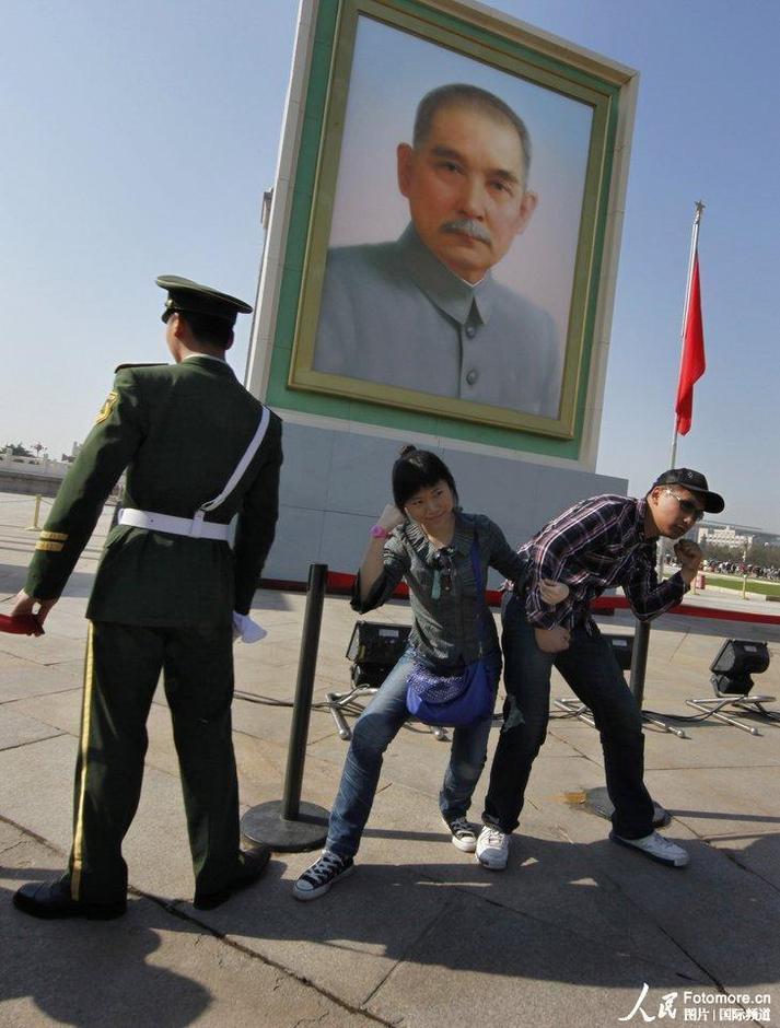 5月1日,两名游客在天安门广场留影。