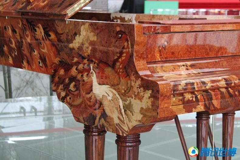 高清:世界最贵艺术钢琴惊艳亮相世博会图片