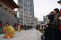 高清:大明宫案例游人如织 唐装仕女门前迎客