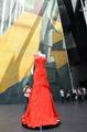 高清:范思哲红裙惊艳意大利馆 感受意式奢华