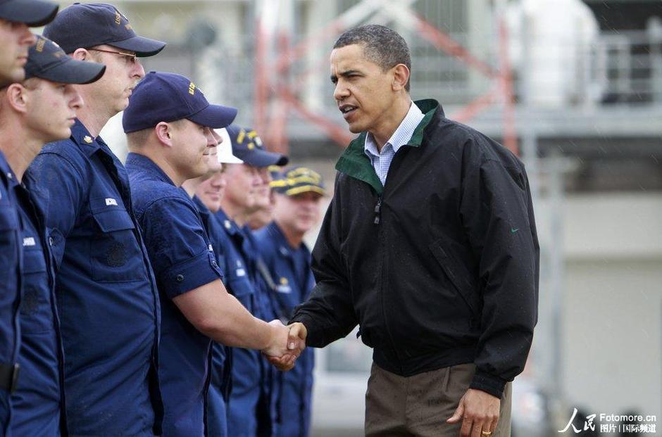 2010年5月2日,美国,墨西哥湾漏油形势严峻,奥巴马前往视察。