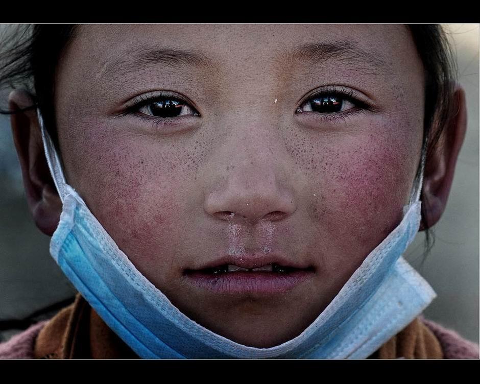4月26日,玉树跑马场安置点,9岁的美美多名亲人在地震中遇难。