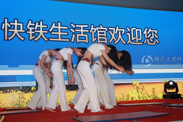快铁生活馆表演精彩 瑜伽美女技惊全场组图