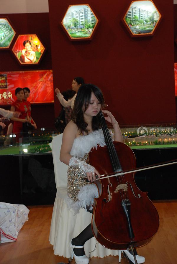 美女上演提琴协奏曲
