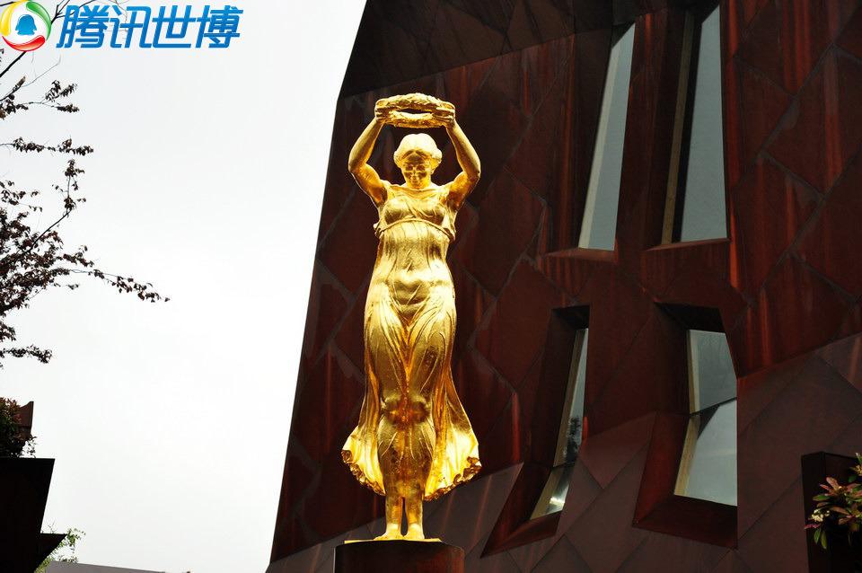 卢森堡馆外的金色少女雕像