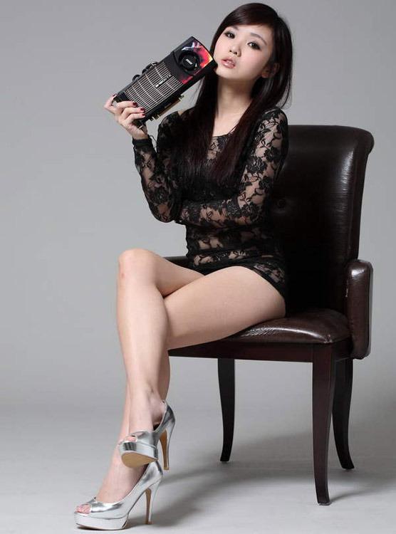 台湾90后电玩美女秀显卡 数码
