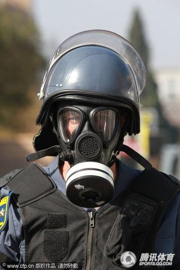 南非安保全面升级 女特警展示新款武器(图)
