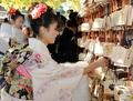 高清:日本年轻女孩穿和服祈福迎接成人节