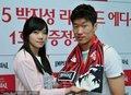美女送围巾为韩国助威